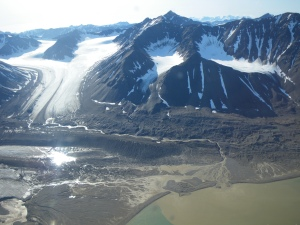 This image illustrates a wide metacommunity encompassing a retreating glacier (top left), proglacial streams and ultimately a proglacial lake (bottom right). As the glacier retreats the microbial community structure in each of these environments will change, and this will further impact biodivrsity in downstream ecosystems.