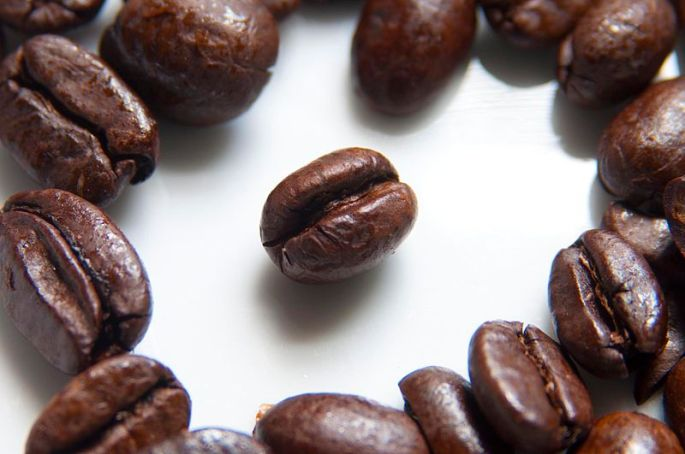 800px-Coffee_Beans_Photographed_in_Macro